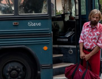 CF_01812 Viggo Mortensen stars as Ben standing outside the family bus, fondly known as 'Steve' in CAPTAIN FANTASTIC, a Bleecker Street release.Credit: Cathy Kanavy / Bleecker Street